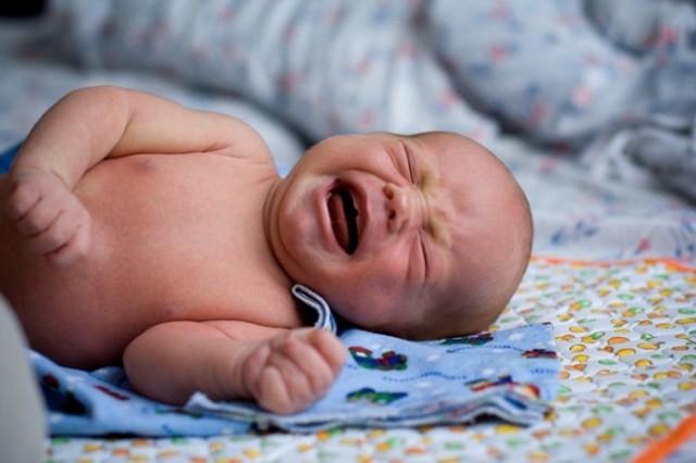 Колики у новорожденных: симптомы, лечение и опасные признаки