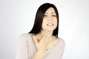 Гипоэхогенный узлел на щитовидной железе: симптомы, причины возникновения и особенности лечения образования
