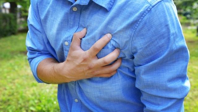 Боль справа в груди: почему возникает, что делать и чем она может быть опасна?