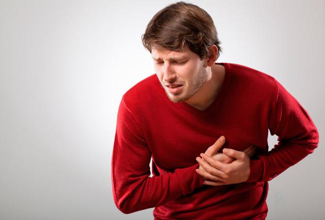 Болит слева под грудью: почему и что делать?
