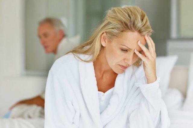 Желтые выделения с кислым запахом: причины, лечение и возможные осложнения